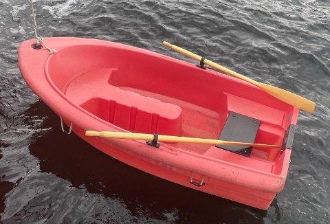 FANT DRIVENDE: Denne båten ble funnet drivende ved Nordre Sundbyholmen i Asker lørdag morgen.