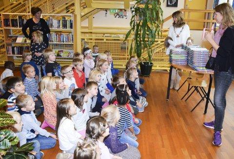 Gjensynsglede: Klasse 1a og 1b på Vestfossen skole kjente godt igjen Rannveig Nymoen, og var veldig glade for å få sin bokpakke.