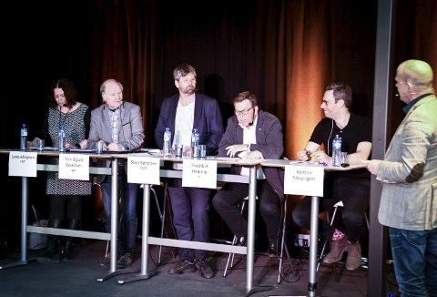 DEBATTPANELET: Fra venstre: Lena Albrigtsen (FrP), Thor Sigurd Syvaldsen (Ap), Ståle Sørensen (MDG), Fredrik A. Haaning (H) og Kristian Meisingseth. Jon Mihle (t.h.) ledet debatten.