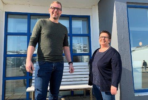 SER TILBAKE OG FREMOVER: Assisterende rektor Stian Høyen og rektor Eli Skille ved Nordkapp Videregående og Maritime Fagskole.