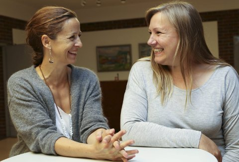 Frivilligkoordinator Siri Stavang (t.v.) og dagleg leiar Bente Nilsen i Flora Frivilligsentral skal bruke pengane til å få jenter ut i aktivitet, mellom anna med prosjektet «Sisterhood».
