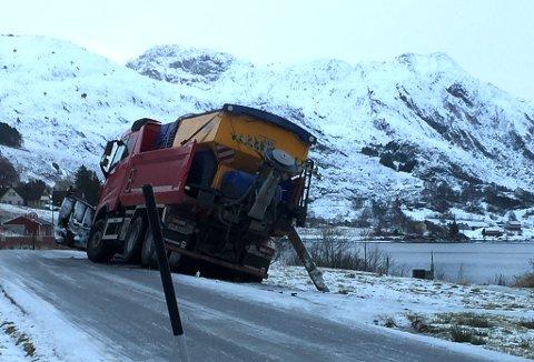 Brøytebil blei også offer for smale vegar ved Dalevatnet - Fv 616.