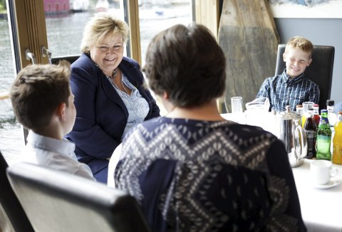 Rundebord: Ragnar og Erna har ein ting til felles: Dei har begge dysleksi. Bror Petter er med på møtet, i lag med foreldre, lærar og skulesjef. Foto: Heidi Hattestein