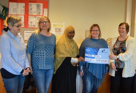 Nosfo si handarbeidsgruppe fekk 10.000 kroner frå Husfliden. F.v. Modliv Bjøvik, Jorunn Bjerk, Hamdi Olad, Laila Anita Schønhardt, Ingebjørg Gjerdset.