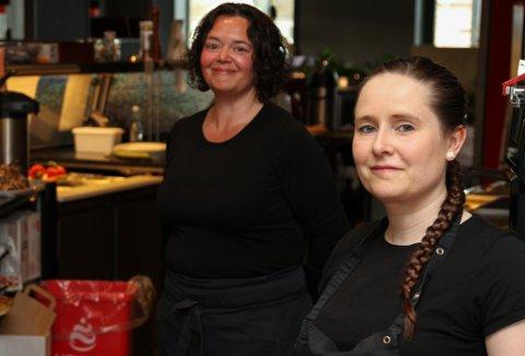 Kafe Kandis opna igjen etter koronastenginga torsdag 30. mai. Då var kafeen også ombygd. T.v.  Elisabeth B Sagen og Lillian B Hennøen.