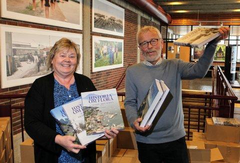 HISTORIE: Eli Eidsvik, leiar av biblioteket i Florø og Edvin Helgheim med restopplaget av «Historia om Flora»
