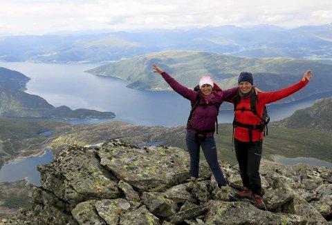 Imponerte: Den mest spektakulære fjellturen vi har gått, skriv Jenny Følling og Anne Karin Hamre i turboka på toppen.