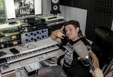 I studio: Her skapes musikken. Lasse Jensen legger igjen mange timer i sitt hjemmestudio. På skjermen sees omslaget på Oceans of Time-albumet.foto: john johansen