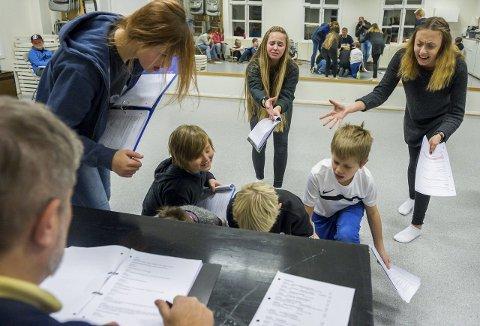 Klart til krig: Vikingene forbereder seg i denne scenen til krig. Mina Eilertsen (i midten) og Hedda Bakken (t.h) lever seg inn i rollene.alle foto: mats duan