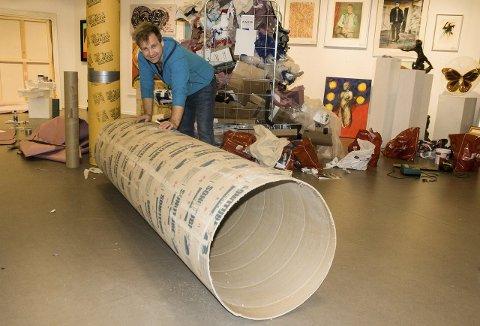 KUNST PÅ RULL: Maleriene demonteres og legges rundt denne papprullen. Deretter er alt montert på ny før det kommer opp på veggene i Oslo. En stor jobb for Vebjørn Sand og hans assistent. Emballasjen bak gir et visst inntrykk av omfanget.