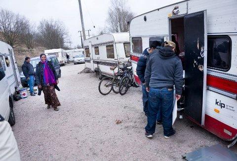 SKAL BEHOLDES: Flertallspolitikerne vil øke tilsynet og investere 700.000 kroner i oppgraderte sanitære forhold i romleiren i Lislebyveien (Arkivfoto: Trond Thorvaldsen)