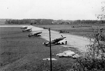 Flystripen Lille Rygge med tyske Messerscmidt-fly under krigen.