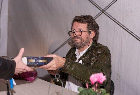 SIGNERTE BØKER: Forfatter Tom Egeland signerte bøker på standen til Råde Bok & Foto inne i hovedteltet etter bokbadet.