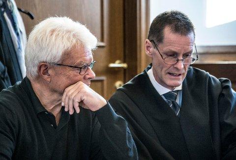 Forklarte seg: Tidligere kommunalsjef Roy H. Jakobsen avga sin forklaring om perioden fra desember 2012 til mars 2017 da han fikk skriftlit advrasel fra kommunen. Til høyre er hans advokat Dag Olav Riise.