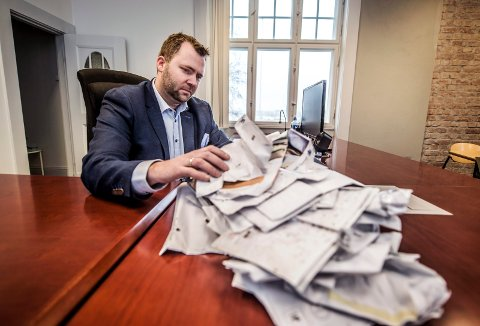 Floke: Bostyrer Arne Sekkelsten har litt av en oppgave med å gå gjennom all uåpnet post fra selskapet. – Jeg ser det som veldig sannsynlig at det befinner seg flere krav mot selskapet her, sier han.