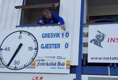 Det er ikke hverdagskost at hjemmelaget scorer tosifret med mål i Trondalen. Gresvik-speaker Morten «Cullis» Johannessen hamre inn en ny spiker for å få korrekt resultat i Trondalen mandag kveld. Hjemmelaget vant hele 11-0 til slutt.