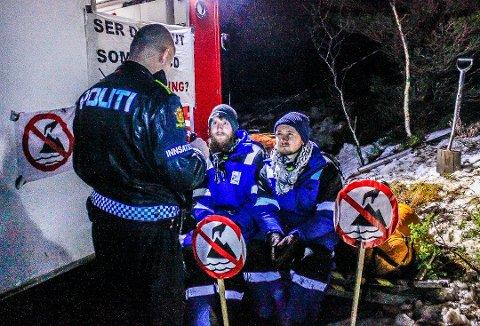 ARRESTERT: Det var 9. februar i fjor at Freddy Øvstegård (t.h.) og Edvard Bjørnson ble arrestert da de aksjonerte mot at Nordic Mining hadde fått tillatelse til å dumpe gruveslam i Førdefjorden.