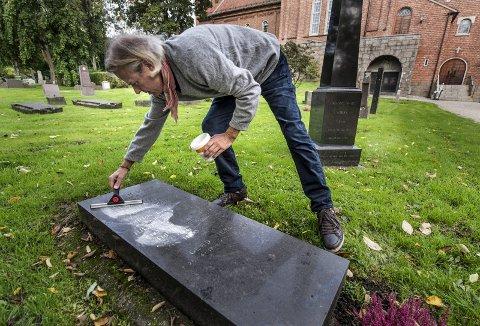 TIDKREVENDE: Knut Møller-Jensen bruker mel og nal for å få frem teksten på gravstøttene.