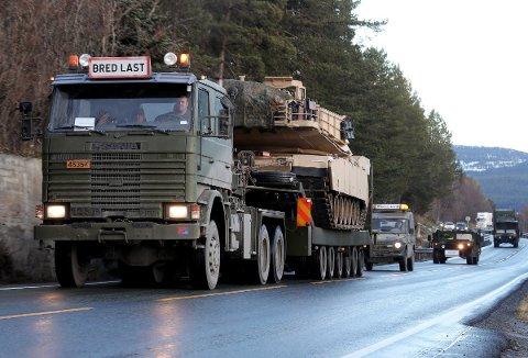 PÅ VEI HJEM: Mange av de utenlandske kjøretøyene som har deltatt i NATO-øvelsen Trident Juncture, skipes ut av Norge via Øra i Fredrikstad.