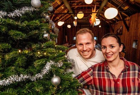 Julefeiring: – Vi gleder oss til å glede andre. Det er jo det julen handler om, sier Tobias Gustafsson og Ingeborg Nygaard som driver Slippen. På julaften blir det selskap i restauranten for dem som ellers ikke hadde kunnet feire jul.