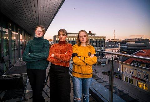 Venter på penger: Det er mer enn fem måneder siden de var statister. Men (fra venstre) Ronja Bosy, Helle Schrader og Madelen Søderberg Knudsen venter fortsatt på oppgjør fra Anders Petterøe.