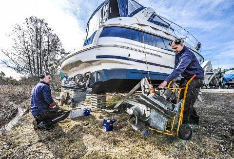 Ute i felten: Ole Morten Paulsen (til venstre) monterer drevet på en båt ved Krogstadfjorden i Råde sammen med kollega Thomas Øverby Iversen.