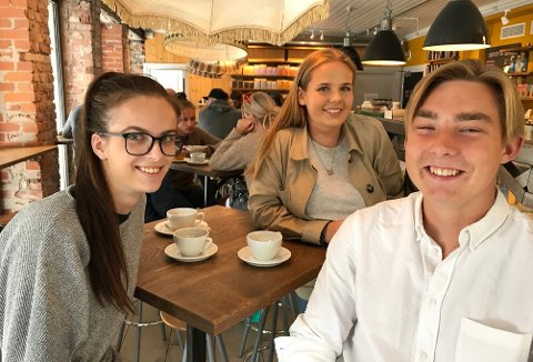 UTØYA: Maria Imrik (t. v.), Vilde Schøne og Fredrik Kveseth er tre av 45 AUF-ere som tar turen fra Østfold til Utøya.