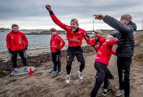 MIDTPUNKTET: Det er liten tvil om hvem som feiret mest etter å ha vunnet ølkasse-balsegangen. Mads Nielsen fremviste ekte idrettsglede i strandkanten utenfor Støtvig hotel.