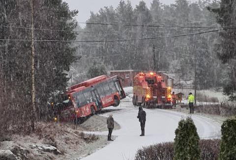 SÅPEGLATT: Det meldes stadig om svært glatte veier i Torsnes. Mandag morgen skjedde det igjen – da to busser skled av veien i løpet av kort tid.