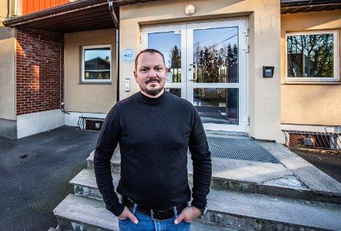 Årum er en av mange Fredrikstad-skoler med et massivt vedlikeholdsetterslep. Ifølge kommunens egne dokumenter, burde skolen allerede være revet og erstattet av en ny. Det er den ikke. I fravær av kommunale investeringer, har Kristian Rogne og FAU gjort sitt beste for å bøte på situasjonen. De er ikke alene.