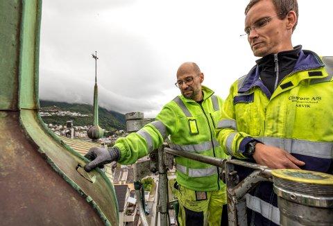 Blikkenslagersvenn Vegard Mathisen og daglig leder Christian Eklo i Chr. Føre sjekker ut tilstanden til det venstre kirkespiret på Narvik kirke.
