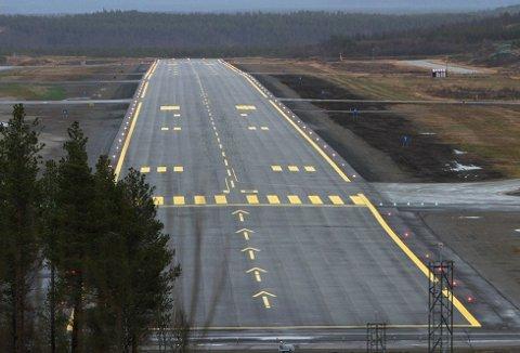 HOPPET I DET: Etter et fallskjermkurs ved Bardufoss lufthavn havnet en av deltakerne i ei lavspentledning ved rullebanen.