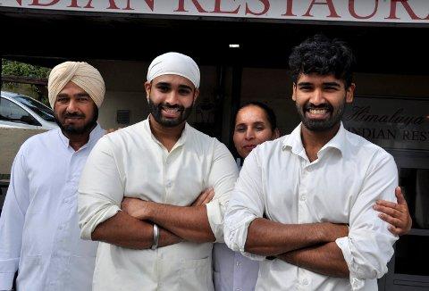 SUKSESS: Baldev Singh (til venstre), Daravir Singh, Rupiner Kaur og Shervir Singh passerte i fjor for første gang seks millioner i omsetning med Himalaya Tandori. Det har utløst plikt til å revidere regnskapene.