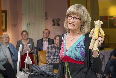 MED BAMSE: Kvinnemuseet i Kongsvinger feirer i år 20 år, det ble feiret søndag og Karin Andersen åpnet utstillingen «Bare en lek». Det var definitivt ingen lek å få reddet den gamle sveitserstilvillaen, kampen startet for snart 30 år siden.