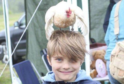 EGEN HØNE: Lukas Wirkola Dirksen fra Ljøner hadde sin egen høne Søta på hodet i Brustadvika lørdag.