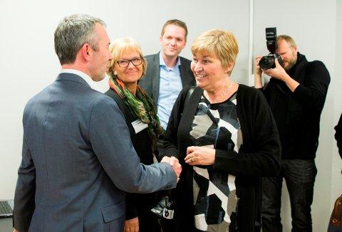 LO-leder Gerd Kristiansen hilser på André Støylen (adm.dir. i Sparebankstiftelsen DNB) under pressekonferanse hos Amedia der det blir orientert om beslutning om salg av aksjeposter i mediekonsernet.