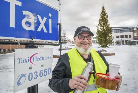 KØORDNER: Forrige lørdagskveld var drosjesjåfør Bjørn Lund med og ordnet taxikøen av feststemte juleborddeltakere på Rådhusplassen. Han delte ut pepperkaker og gløgg til de som ventet. Nå til lørdag blir det samme opplegget igjen, og på andredag jul.