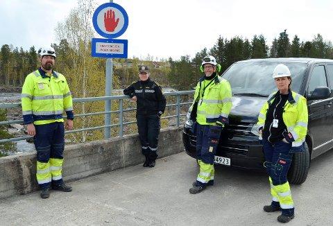 FORBUDT: Politioverbetjent Wenche Gussiås fra Innlandet politidistrikt og Leo Sørbye, Vegar Kjos Andersen og Ragnhild Abrante i Hafslund E-CO gjør det klart at det er forbudt og straffbart for uvedkommende å ta seg inn på kraftstasjonene og det avsperrede området rundt. Her fra Skjefstadfossen i Elverum.