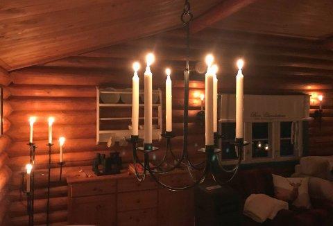 SJEKK: Brannvesenet ber oss ta en sjekk for å unngå brann på hytta. Ett av rådene er at du aldri går fra levende lys.