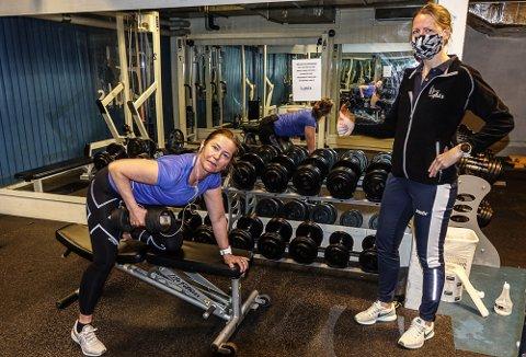ENDELIG: – Det er ubeskrivelig godt å være i gang igjen med styrketreningen, sier Nina Bjørnseth Christensen. Til høyre Lisbet Engemoen ved Puls Flisa.