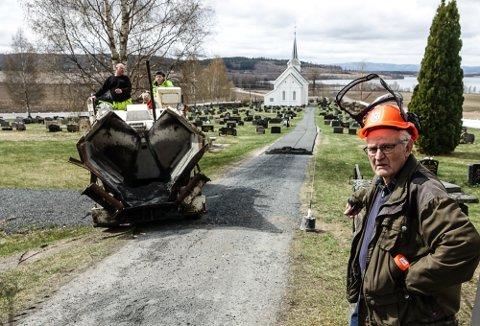 BLIR BRA: – Vi måtte gjøre noe med denne vegen ned mot kirken. Nå blir det bra, sier Oddvar Glorvigen, en av de store ildsjelene i menigheta i Gjesåsen.