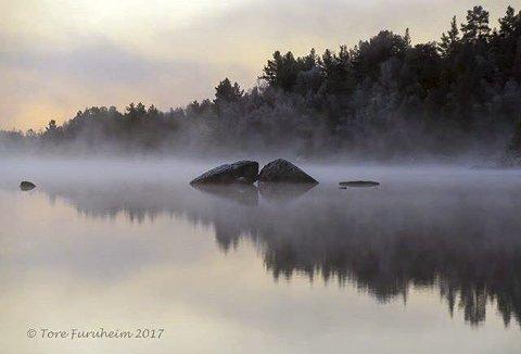 10: TROLSK: Skodde over Lemonsjøen, Vågå. Foto: Tore Furuheim