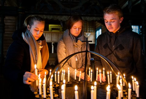 17-åringene Oda Nyhus Aanekre, Ingrid Gjerdingen og Jørgen Varpestuen er blant elevene som har kommet til den åpne kirka for å tenne lys i dagene etter tragedien på Vinstra.