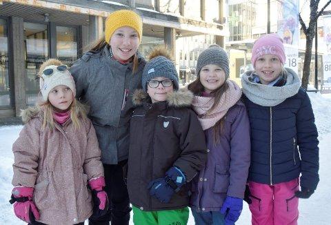 Isa Emilie Eiken Aksnes (6), Tiril Hodt Eiken (12), Kristian Nicolai Eiken Aksnes (6), Stella Hodt Eiken (7) og Embla Hodt Eiken (9) i Gågata før hyttetur.