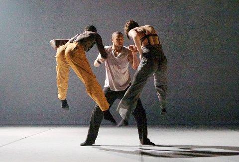 """HEFTIG: Fra Teater Innlandets  danseoppsetning """"Kaboom"""" som har turnepremiere i Otta kulturhus onsdag 11. april."""