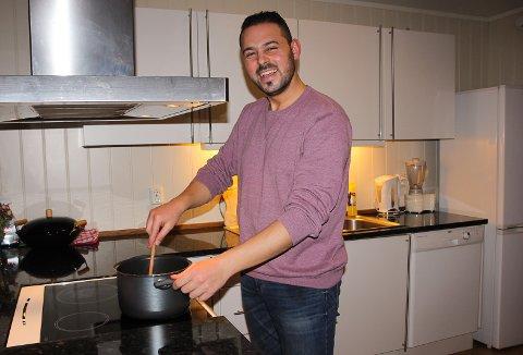 PÅ KJØKKENET: Salah Khalil Dasuki (30) er blitt glad i å bake og lage mat i løpet av de siste årene.