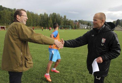 Handshake for peace: Høyre-politiker Bjørn Haugen Morstad (til venstre) og G14-trener Lars Jordheim er glade for at 14-åringen nå kan spille kamper for Lunner FK. Foto: Kine Vik-Erstad