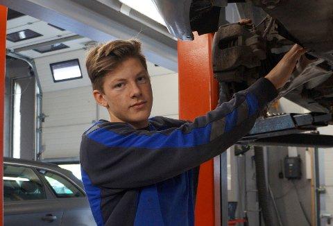 TRIVES: Lars Erik Mathiesen Egge har funnet seg godt til rette som mekanikerlæring hos Bilteknikk Gran AS.