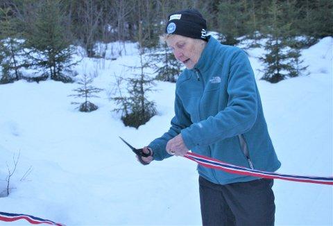 SNORKLIPP: Eva Raastad erklærer løypa for åpnet. I samme øyeblikk pensjoneres hun som løypetråkker på Skjerva.