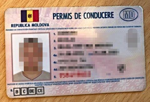 FALSKT: For et utrent øye kan førerkortet se ekte ut, men Statens vegvesen avdekket raskt at det ikke var tilfelle. Avisen har sladdet bildene og personopplysningene.